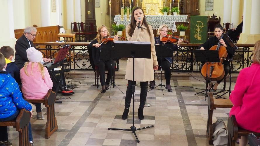 """Koncert """"Dźwięki wolności"""" w kościele w Bobach."""