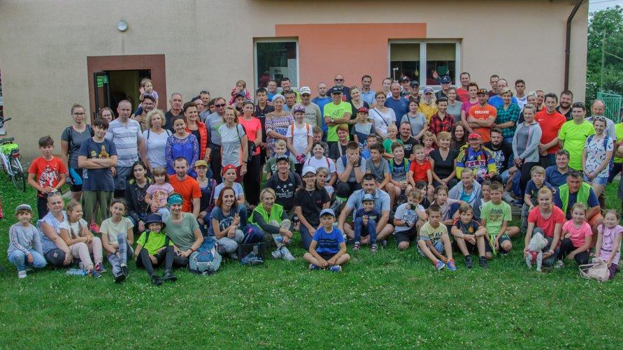 Uczestnicy X Rodzinnego Rajdu Rowerowego podczas postoju na tle Szkoły w Ludmiłówce.