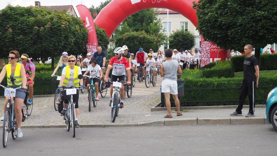 Uczestnicy rowerowego rajdu Tour de Lubelskie spod dmuchanej bramy Lubelskie smakuj życie! wyruszają w trasę.