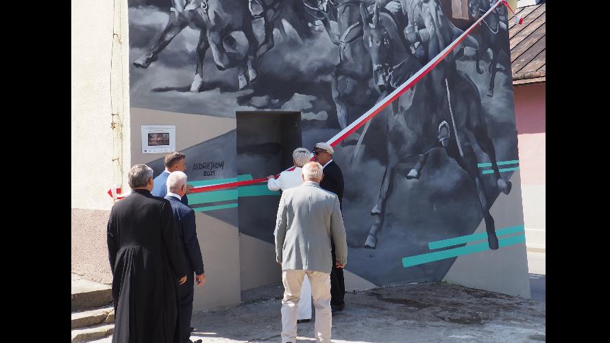 Władze samorządowe podczas zrywania wstęgi z muralu.