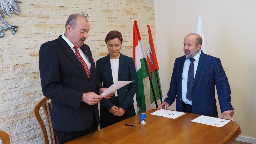 Paweł Dąbrowski, burmistrz Urzędowa i Erika Maczik, burmistrz Nadudvaru prezentują umowy podpisanego porozumienia.